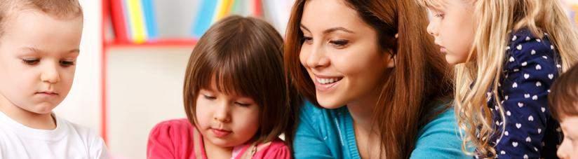 Воспитатель с детьми в детском саду